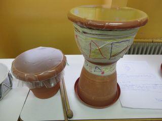 Τα παιδιά της Ε2 τάξης του Σχολείου μας, στα πλαίσια του Προγράμματος «Παιχνίδια από ανακυκλώσιμα υλικά» αξιοποίησαν διαθεματικά το κεφάλαιο της ΓΛΩΣΣΑΣ με τίτλο «Μουσικά Όργανα», το μάθημα της ΜΟ…
