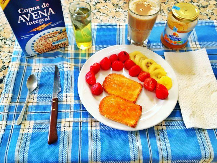 Desayuno Café con leche de soja y copos de avena Te verde con aromos de piña Tosatas Fitness con mermelada sin azúcar añadido de albaricoque, fresas y un kiwi amarillo