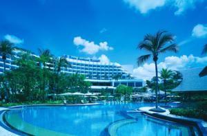 With panoramic views of the South China Sea, the smoke-free Shangri-La's Rasa Sentosa Resort & Spa offers a modern tropical holiday experience along Siloso...