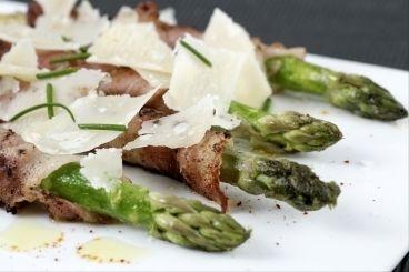 Découvrez cette recette de Asperges au lard séché et crumble parmesan expliquée par nos chefs