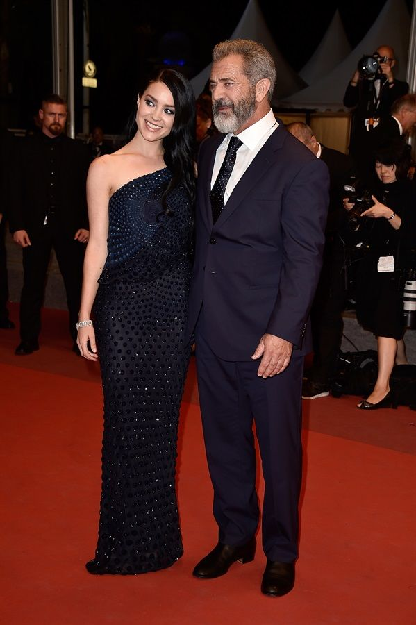 Mel Gibson con la compagna Rosalind Ross Sobria la compagna dell'attore, sul red carpet del film Father Blood |.| Festival di Cannes 2016
