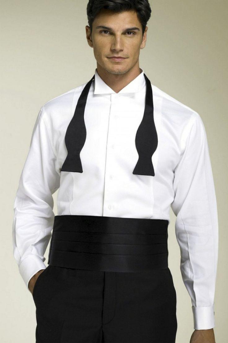 Ke smokingu se správně nosí také smokingový pás (anglicky cummerbund). Bývá černý nebo stejný jako motýlek.
