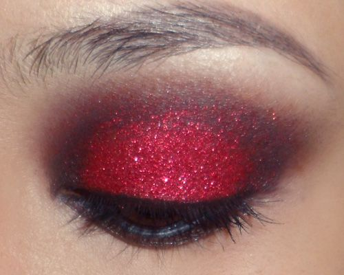 Red glitter eyeshadow tutorial  OKAY I need some help here for September...this would look great in Blue and gold!! SERIOUSLY  BUT this is gorgeous....