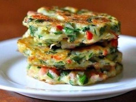 Дранички с ветчиной, сыром и зеленью🍀 Ингредиенты: Картофель — 6 шт. Лук — 1 шт. Ветчина/любые колбасные изделия — 200 г Сыр твёрдый — 200 г Яйца — 2 шт. Укроп — по вкусу Мука — 4 ст. л. Соль — по вкусу Перец — по вкусу Масло растительное — для жарки Приготовление: 1. Лук, ветчину, картофель и сыр натереть на крупной тёрке. 2. Добавить яйца, муку, измельчённый укроп. Посолить. Поперчить. Хорошо перемешать. 3. Выложить массу на сковороду с помощью ложки, придавая ей форму лепёшки. 4…