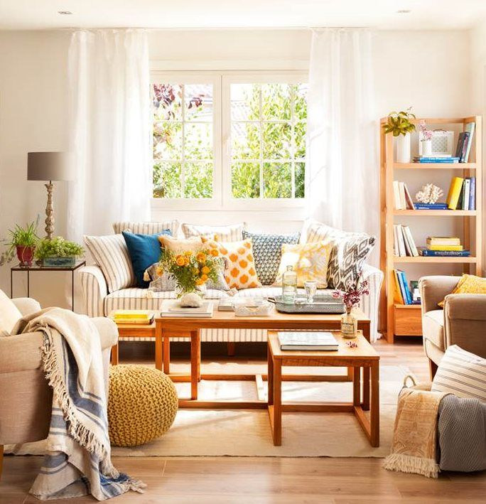 Salón con mesas nido, pufs, butacas y librería (00428086)