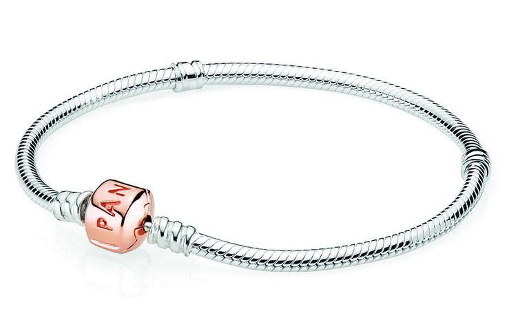 Pandora Rose Armband zilver met rosékleurige sluiting 19 cm 580702. Geef je look een stralende touch met deze zilveren Pandora armband met rosékleurige sluiting. Op de sluiting staat het Pandora logo. Prachtige armband om al jouw Pandora bedels aan te verzamelen.  https://www.timefortrends.nl/sieraden/pandora/bedelarmbanden.html