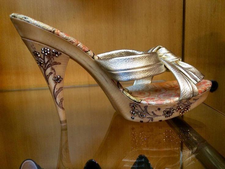 Meravigliosamente brillanti le scarpe gioiello di Moà, ultimo paio disponibile, sconto 50%