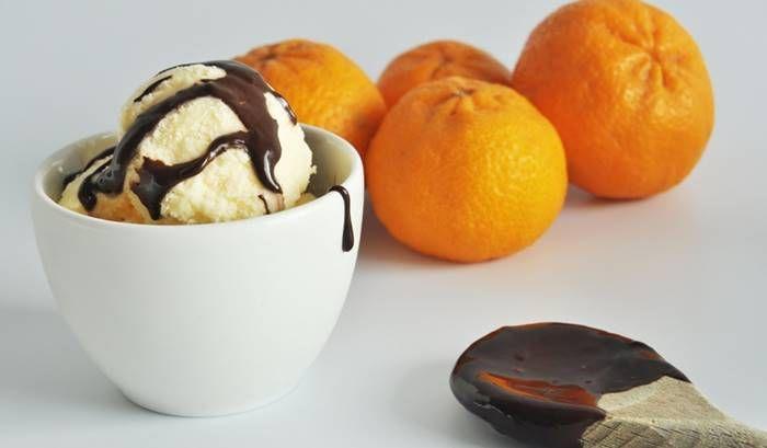 Adoro gelado de Tangerina!! Adoro Chocolate!! Pouco mais tenho a dizer hoje………silencio é o que acontece depois de servir este gelado. Gelado: 500ml de sumo de tangerina 200gr de açucar em pó 400 ml de natas Juntar tudo no copo misturador. Levar ao frigorífico durante 30 mint. Colocar na máquina de fazer gelado segundo instruções. …