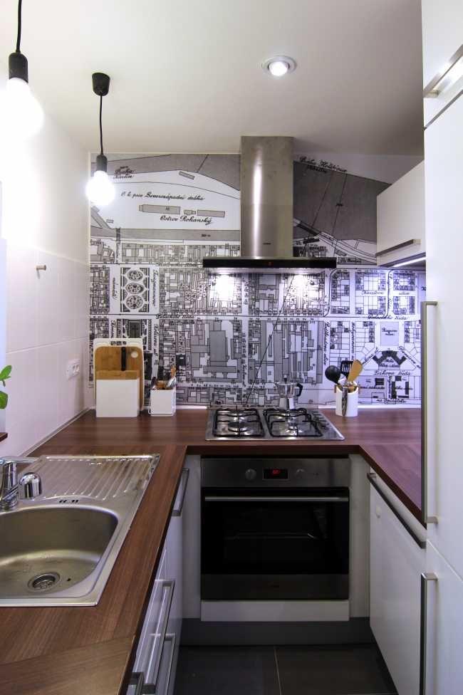 Grafické tapety s motivy starého Karlína jsou sjednocujícím prvkem celého bytu a byly navrženy na míru danému prostoru.