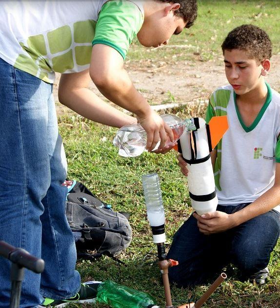 Alunos de todas as séries dos ensinos fundamental e médio separam material reciclável como papel e garrafas PET para participar de um campeonato cheio de adrenalina: a Mostra Brasileira de Foguetes 2015.
