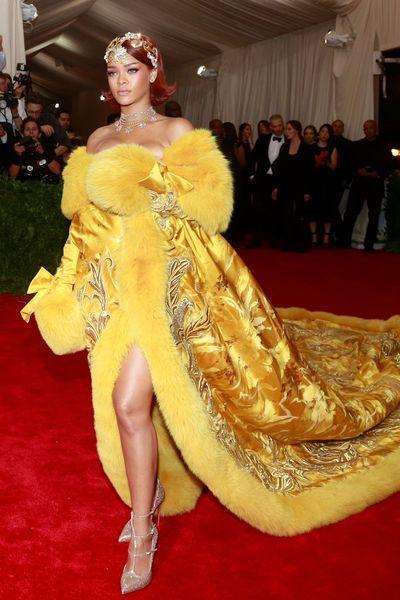 Rihanna en robe à traîne ourlée de fourrure jaune, créée sur-mesure par le couturier chinois Guo Pei au gala du Met, le 4 mai 2015.