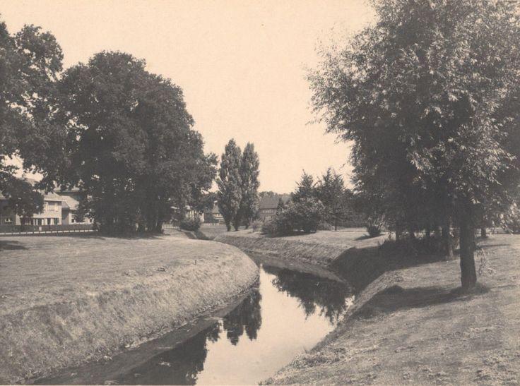 Het Rohofplantsoen, gezien richting noordoosten, langs de Almelose Aa, tussen de Egbert ten Catelaan en de Rohofstraat. Het plantsoen is vernoemd naar de boerderij erve Rohof, die vroeger iets verderop en links van de brug over de Aa, ongeveer ter hoogte van de huidige hoek Rohofstraat met de Aastraat stond.