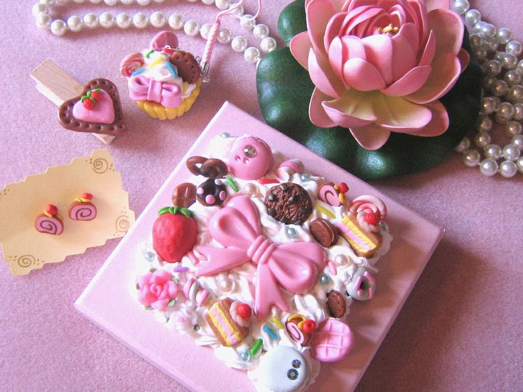 The topic was Sweets for Valentine day with handmade box and this is what I sent to Pink Lily. This is the handmade part. All the little parts but the big ribbon on the box and the roses are handmade by me for the decoden.    Il tema era Dolcetti di Sa Love it!