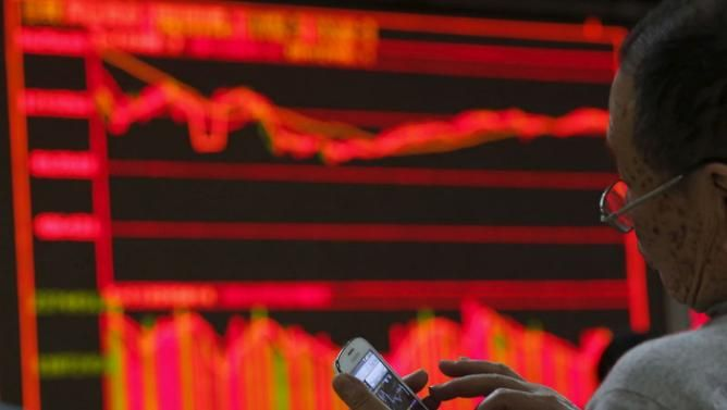(BREAKING NEWS) Chinese stock exchanges closed early for the second time this week after the CSI 300 Index plunged more than 7 percent.Trading of shares a