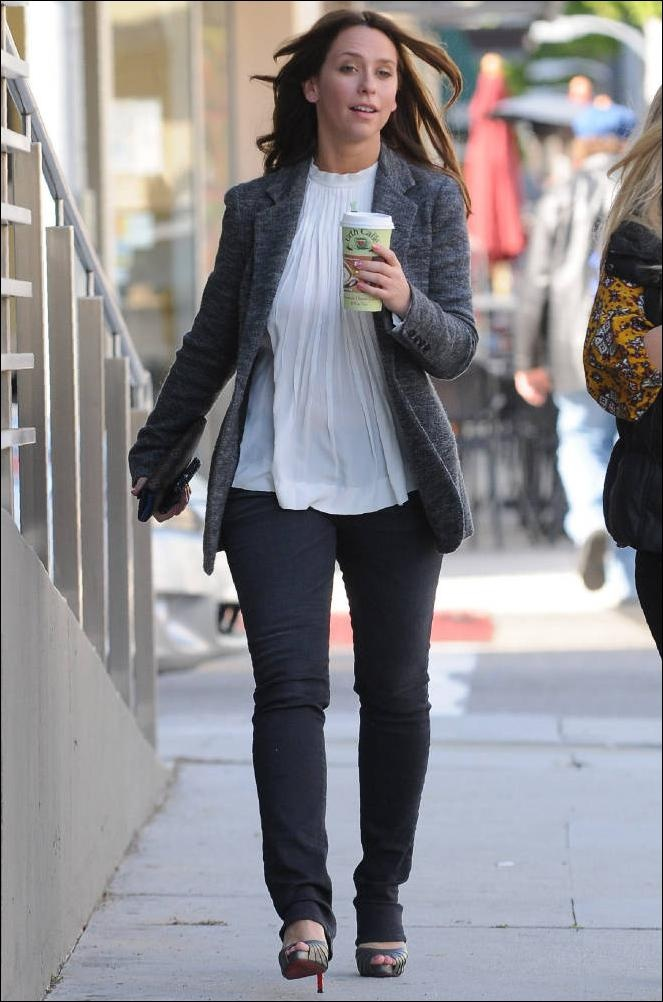 Jennifer Love Hewitt, white top, grey blazer, grey peep-toe pumps, black jeans ☑️