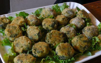 Polpette di zucchine - Ricetta per preparare le polpette di zucchine, un piatto facile e veloce che potete servire come antipasto o secondo piatto, e che può essere un buona idea per far mangiare la verdura ai bambini.