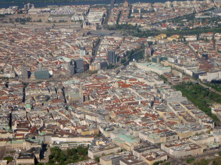 Wien von oben, beim Landeanflug auf den Flughafen Wien Schwechat © EKö-Reisebuch.de