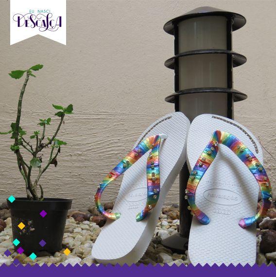 Modelo Arco- iris- Sola branca com strass e alça colorida.  R$: 60,00 Contatos: (11) 96192-6881 (11) 8408-7221 Facebook-Eu nasci descalça