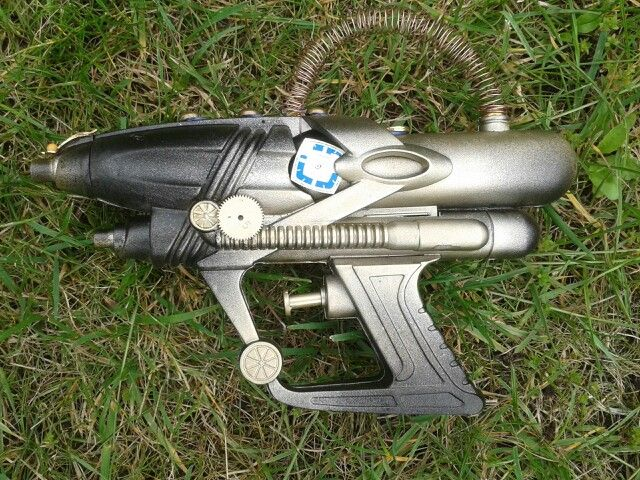 Steampunk gun diy. Made of a water gun. Steam punk geweer zelf gemaakt van een waterpistool.