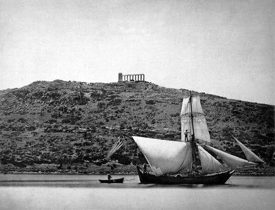 Σούνιο. Ιστιοφόρο με φόντα το ναό του Ποσειδώνος τέλη 19ου αιώνα. «Π. ΜΩΡΑΙΤΗΣ. ΦΩΤΟΓΡΑΦΟΣ ΕΝ ΑΘΗΝΑΙΣ»