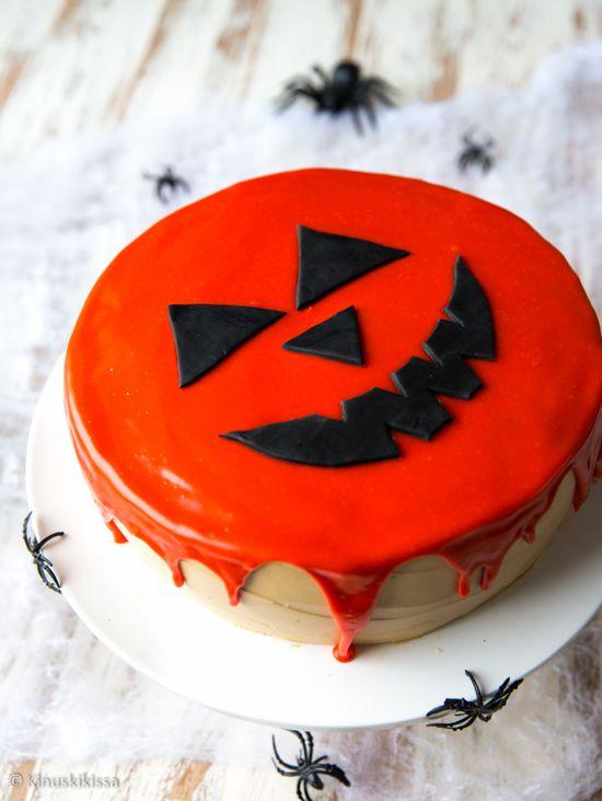 Essin leipoma syksykakku jäi mieleeni muutaman viikon takaa ja kun tuli aika suunnitella halloween-aiheista tarjottavaa, kaivoin Essin kakun uudelleen esiin. Tavoitteena oli saada kakulle värillinen, kaadettava kuorrute. En ole aiemmin rohjennut värjätä valkosuklaakuorrutetta näin voimakkaasti, koska suklaa on herkkä raaka-aine. Päädyin kuitenkin siihen, että kuorrute ei voi epäonnistua, jos värin sekoittaa kermaan ja lisää suklaan […]