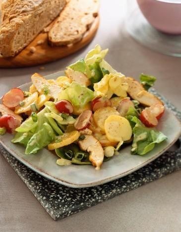 Tavuklu Patates Salatası  Malzemeler:  1 adet tavuk göğsü (haşlanmış), 3 orta boy patates, 2 tatlı kaşığı mayonez 1 büyük kase yoğurt, 5 yaprak kıvırcık salata, 1 diş sarımsak, tuz ve karabiber.  Hazırlanışı  Haşlanmış tavukları iyice küçülecek kadar didikleyin, patatesleri iyice haşladıktan sonra iyice ezin yoğurdu mayonezle karıştırın tuzu isteğe göre sarımsağı ilave edin karabiberi bolca dökün (bu salataya tadını veren tavuğun karabiberli oluşudur) bir tarafta marullari ince ince kıyın…