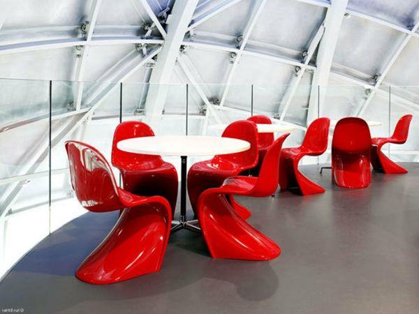 petites tables rondes à café et chaises panton