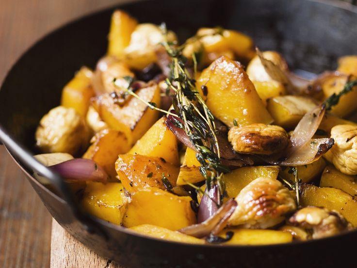 Kürbispfanne mit Kastanien und Zwiebeln |  Zeit: 20 Min. | http://eatsmarter.de/rezepte/kuerbispfanne-mit-kastanien-und-zwiebeln