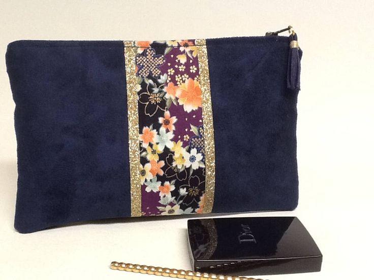 Voici ce que je viens d'ajouter dans ma boutique #etsy: Pochette tissu japonais et or/idée cadeau pour elle/pochette paillettes or/pochette suédine et doré/tissu japonais/pochette plate zippée