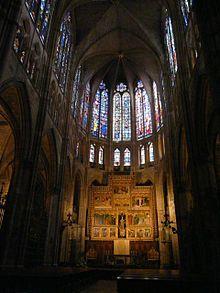 Catedral de León . Iniciada en el siglo XIII, es una de las grandes obras del estilo gótico, de influencia francesa. Es conocida sobre todo por llevar al extremo la «desmaterialización» del arte gótico, es decir, la reducción de los muros a su mínima expresión para ser sustituidos por vitrales coloreados, constituyendo una de las mayores colecciones de vidrieras medievales del mundo.