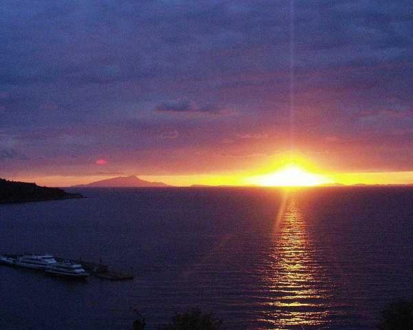Sonnenuntergang bei Capri hat folgende Stichwörter: Italien, Sonnenuntergang, Capri.