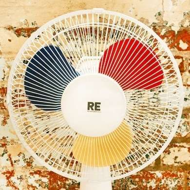 Fan Blade Brilliance Transform something as mundane as a fan into an eye-catching decorative element by spray-painting the blades. Use one color—or even three, if that suits your style. Just make sure the blades are dust-free before spraying them down.