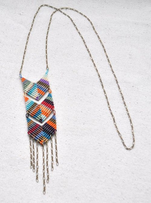 Friendship necklace: i've made plenty of these back in the day, but never mixing colors from right to left!