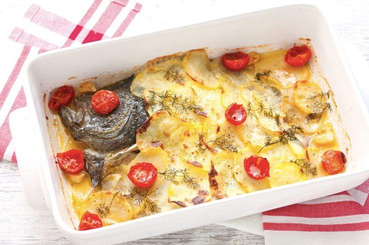 Il rombo al forno è un secondo di pesce caratterizzato da una ricetta semplice, che prevede l'abbinamento con patate e pomodorini.