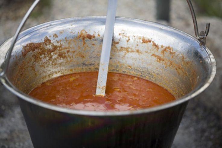 Das Kesselgulasch lässt sich als herzhaftes Partygericht gut vorbereiten. Der Ursprung des Rezepts liegt in Ungarn.