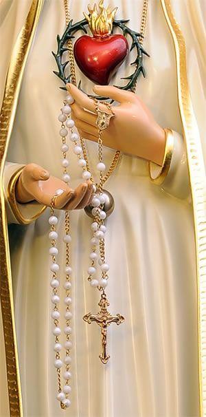 La palabra Rosario significa 'Corona de Rosas'. La Virgen María ha revelado a muchas personas que cada vez que rezan un Ave María le entregan una rosa y por cada Rosario completo le entregan una corona de rosas.