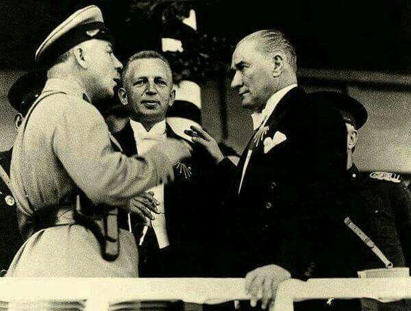 1933 – Cumhuriyet'in 10. Yılı Kutlama Törenleri sırasında Cumhurbaşkanı Atatürk ve Sovyet Mareşali Kliment Voroşilov sohbet ediyor.