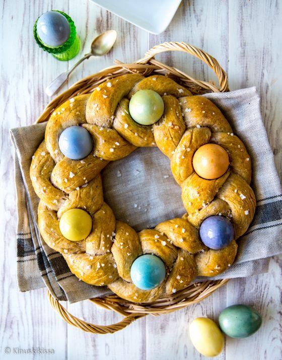 Kananmunat kuuluvat pääsiäiseen ja yksi perinteinen ohjelmanumero on munien maalaus. Tänä vuonna kokeilin munien värjäämistä luonnonväreillä, jolloin munat upotetaan esimerkiksi mustikasta tai kurkumasta tehtyyn väriliemeen. Munien kylkiäisenä maistuu tuore leipä ja tämän reseptin idea lähtikin näiden yhdistämisestä, jolloin munat kypsyvät taikinan mukana uunissa.