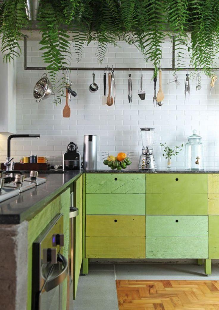 cozinha com tons de verde greenery