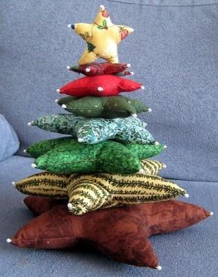 Original arbolito de sillón. Con almohadones coloridos en forma de estrella.