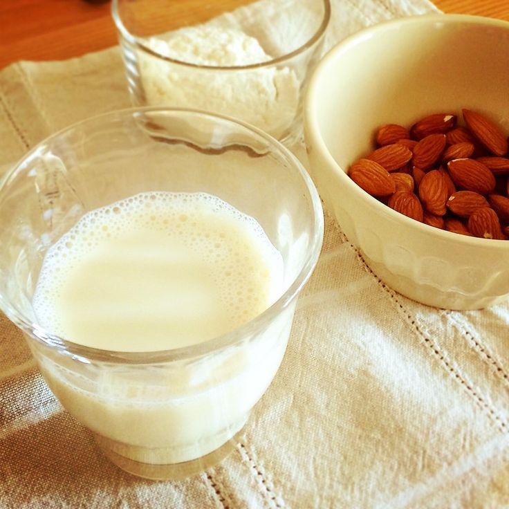 簡単で安心、幸せ。手作りアーモンドミルク 豆乳より飲みやすく、ローカロリーで美肌に嬉しいナッツの栄養たっぷり。 牛乳の代わりに、コーヒー・紅茶に、お菓子作りに。 くみんちゅキッチン 材料 (作りやすい分量) 生アーモンドまたは生カシューナッツ(なければローストしたものでも可) 1カップ 水 ※2〜3カップ(浸水の分量は除く) 作り方 1 生のナッツには酵素抑制物質という人体にとって毒になるもの(=アク)を含んでいるので、必ず水に一晩浸しアク抜きをします。 2 アーモンドまたはカシューナッツ1カップを一晩水に浸す。(アーモンドは12時間。カシューナッツの場合は3時間位で大丈夫。) 3 浸水後、アクの出た水を捨ててから、新しい水3カップと一緒にミキサーにかける。 ミルクみたいな色と甘さ♪ 4 布巾やガーゼ等でこし、ギュッとミルクをしぼったら完成。 アーモンド1カップからミルクが3カップ(600cc)も搾れます! 5 しぼりたてのナッツミルクはほんのり甘みがあり、カフェオレやホットココアにもぴったり。杏仁豆腐やパンケーキを作っても美味! 6 残った搾りカスには食物繊維が豊富。…