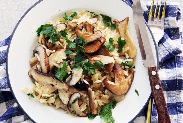 Deze paddenstoelen orzo is een super snel pastagerecht. Orzo is een pastasoort ter grote van flinke rijstkorrels. Het schept lekker makkelijk weg, dus geen geklieder, zoals met rondvliegende spaghetti slierten. Door het formaat is orzo ook nog eens erg snel klaar, net als de paddenstoelen in dit recept. Als met al is dit dus een makkelijke maaltijd voor drukke of vermoeide dagen.