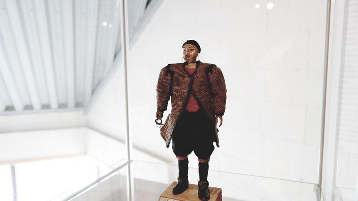 Norway: Denne treskulpturen vart forma av Jørgen Garnås i 1760, og står no i sommar utstilt på Sunnfjord museum. Foto: Geir Bjarte Hjetland / NRK