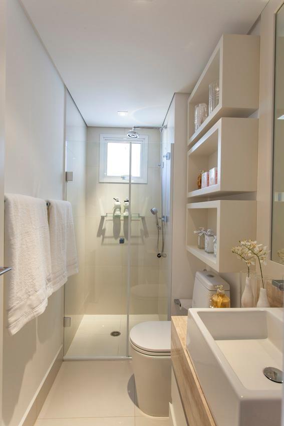 Banheiro simples e pequeno com nichos brancos