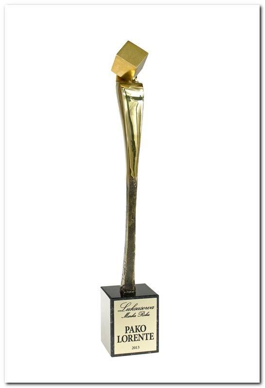 """Pako Lorente - laureatem nagrody """"Luksusowa Marka Roku 2013""""   27 października w warszawskim hotelu Marriott po raz czwarty odbyła się gala Luksusowa Marka Roku.  Podczas imprezy wyróżniono najbardziej ekskluzywne towary i usługi dostępne na naszym rynku, które odpowiadają najwyższym standardom i są skierowane do najbardziej wymagających klientów. Dzięki temu, że spełniamy wszystkie wymagania - staliśmy się laureatem prestiżowej nagrody Luksusowej Marki Roku 2013"""