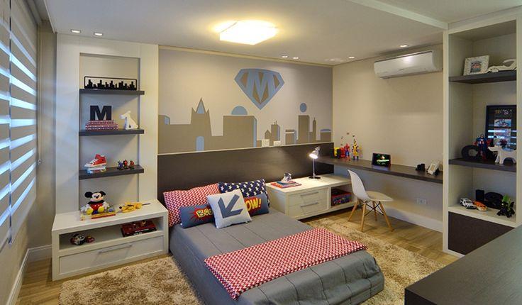 Quarto infantil para menino . Móveis em mdf branco e cinza, nichos para brinquedos, adesivo na parede e cama estofada baixa