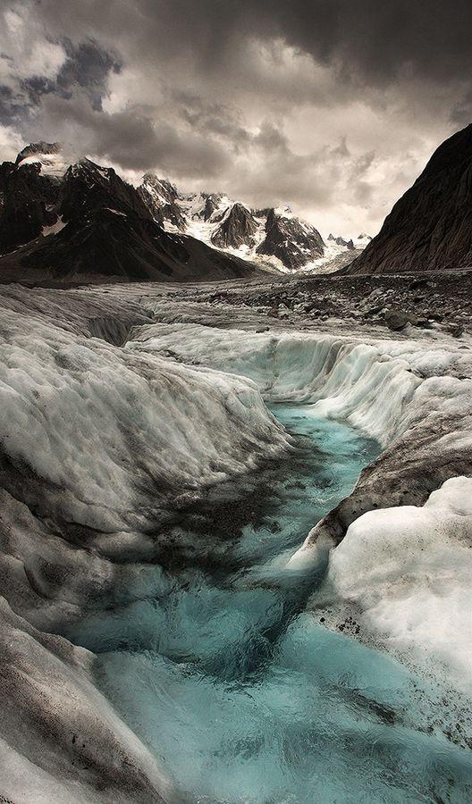 Alexandre Deschaumes est un photographe français de 29 ans passionné par la montagne. Ses photographies sont donc des paysages à couper le souffle, avec des cadrages, des contrastes et des couleurs absolument sublimes. Les Alpes et l'Islande vous attendent notamment ci-dessous. Pour en voir davantage, visitez son portfolio, sa galerie 500px et sa page Facebook.