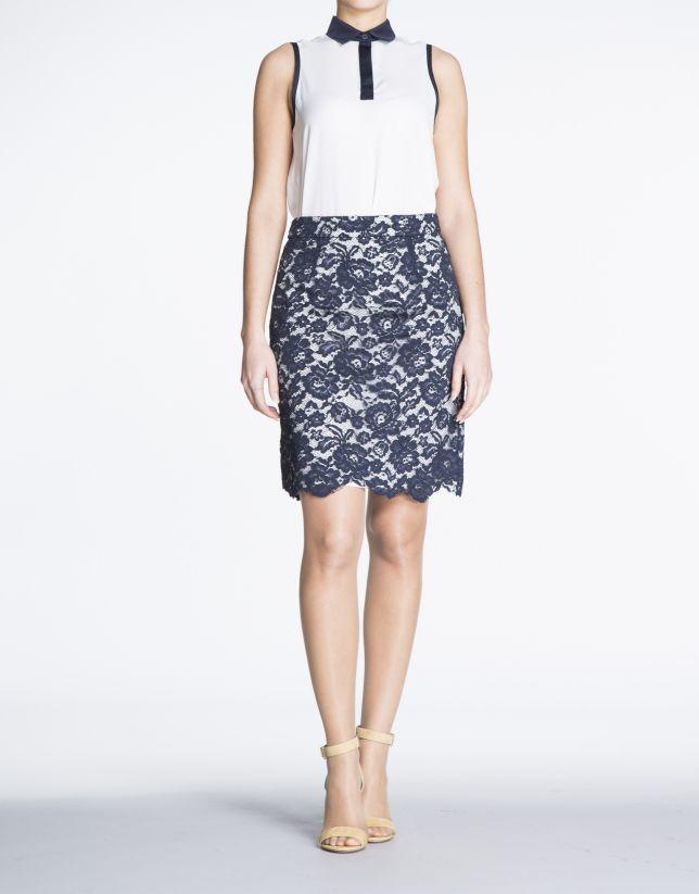 Falda recta de encaje azul marino y forro blanco. Cierre posterior con cremallera.