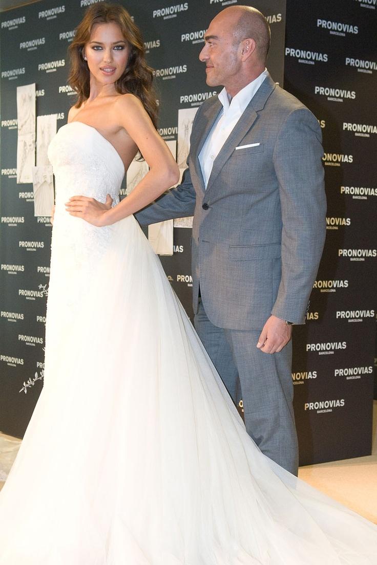 Irina Sayk del brazo del fallecido diseñador Manuel Mota con traje de Pronovias. Foto Getty #boda #manuel #mota #actualidad #moda #pepa #viñas #peluquerias