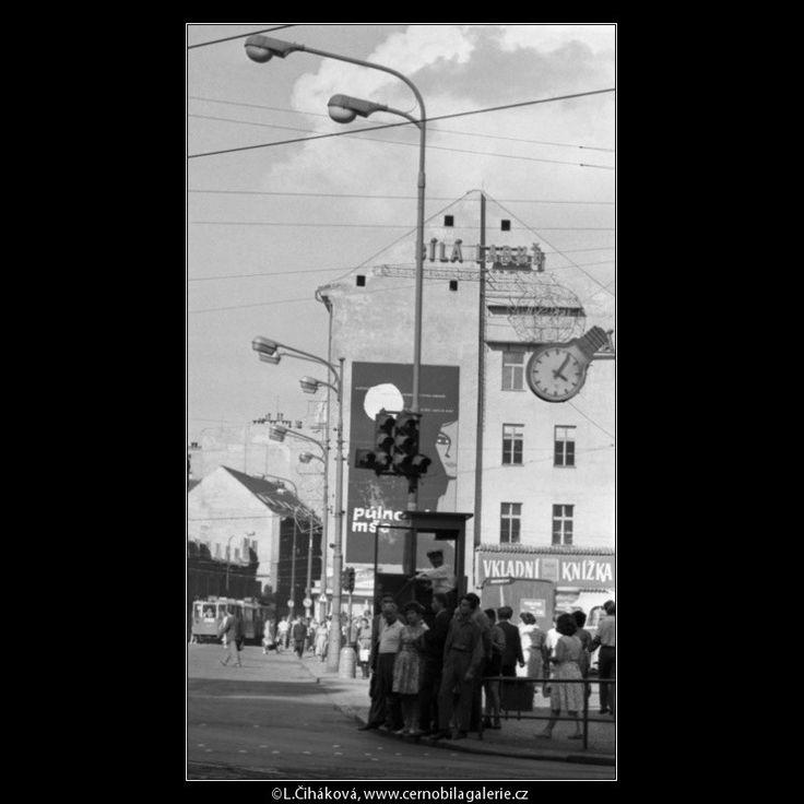 Lidé na přechodu (1833) • Praha, srpen 1962 • | černobílá fotografie, Náměstí republiky, dopravní ruch, lidé, přechod, pouliční hodiny, reklamní plochy |•|black and white photograph, Prague|